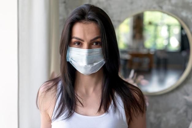 Portrait De La Belle Femme Avec Un Masque Médical Photo Premium
