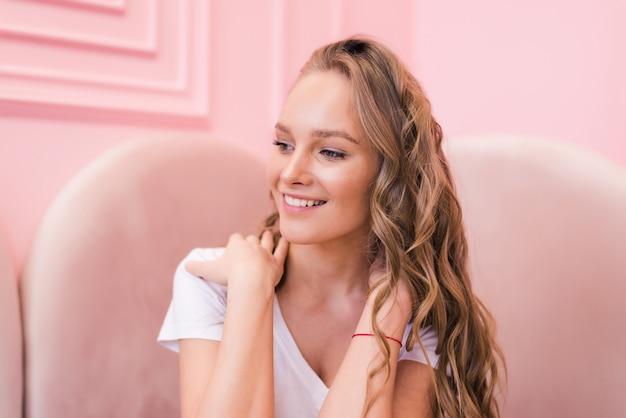 Portrait de la belle femme mature, boire une tasse de thé à la cafétéria
