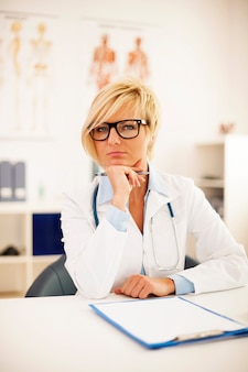 Portrait de la belle femme médecin blonde