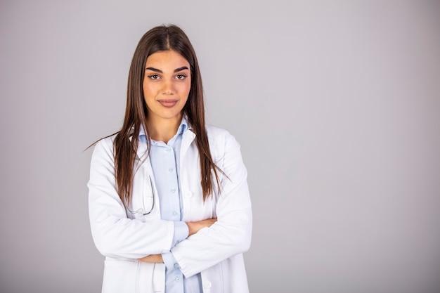 Portrait de la belle femme médecin regardant la caméra. belle femme médecin. femme médecin habillé blanc uniforme médical portrait studio isolé.