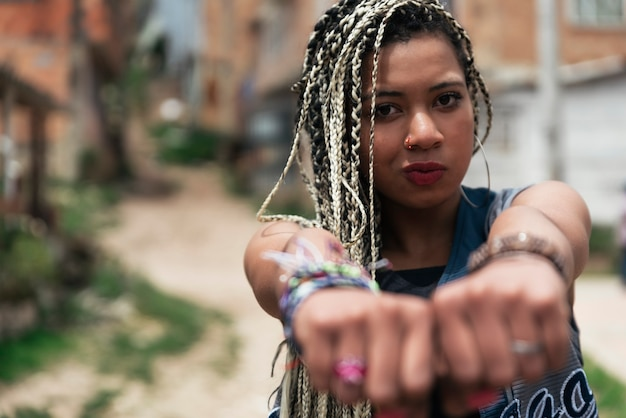 Portrait de belle femme noire dans son quartier. concept de bidonville.