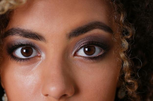 Portrait de la belle femme noire. vaut un gris