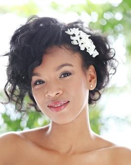 Portrait de la belle femme nue pour le concept de soins de la peau noire