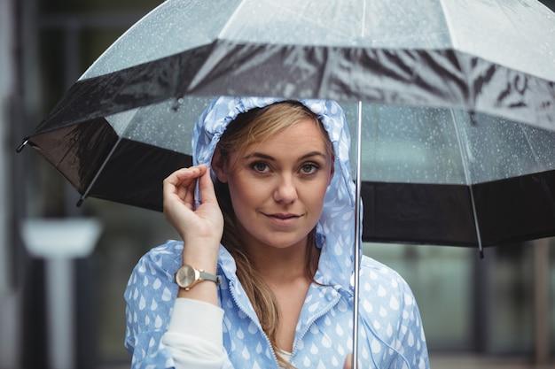 Portrait de belle femme avec parapluie