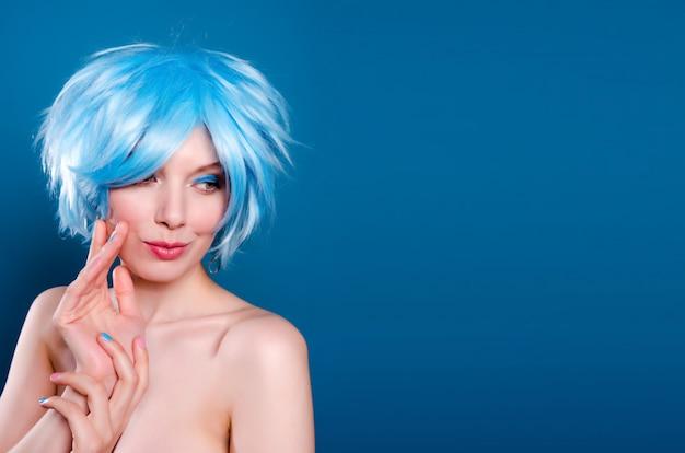 Portrait de belle femme en perruque bleue