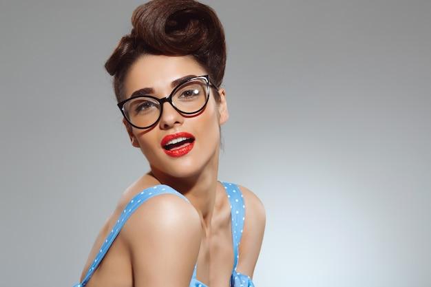 Portrait de la belle femme pin up portant des lunettes