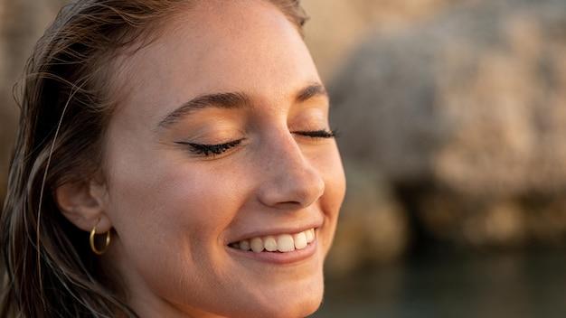 Portrait de la belle femme à la plage