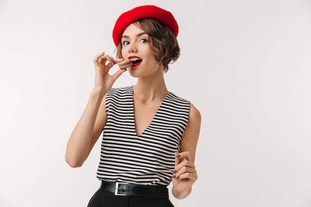 Portrait d'une belle femme portant un béret rouge