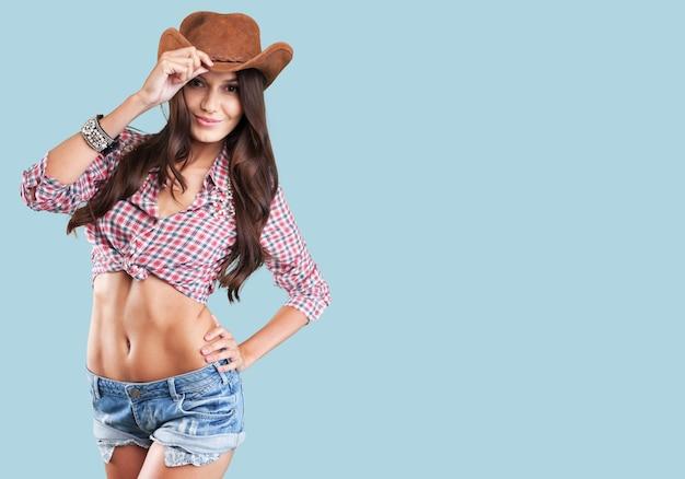 Portrait d'une belle femme portant un chapeau de cowboy