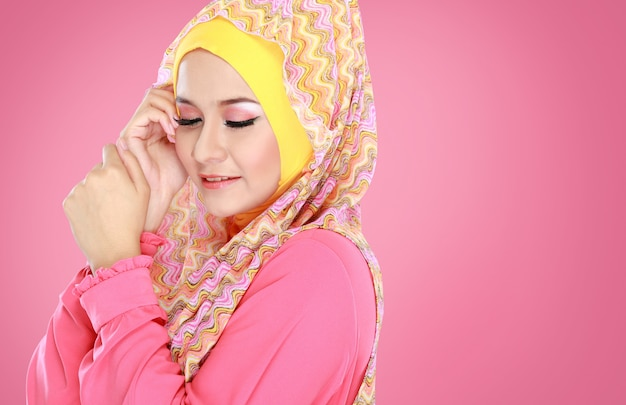 Portrait de la belle femme portant le hijab