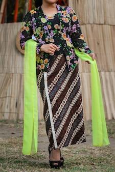 Portrait de belle femme portant kebaya. vêtements traditionnels javanais