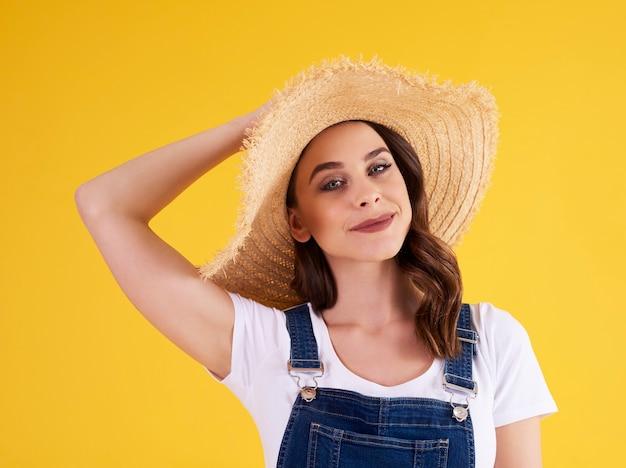 Portrait de belle femme porte un chapeau
