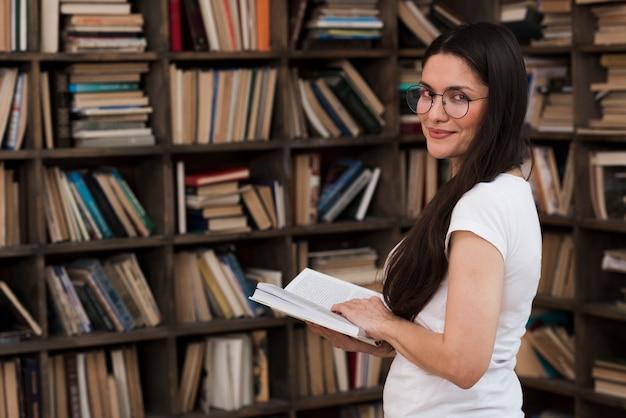 Portrait de la belle femme posant avec livre