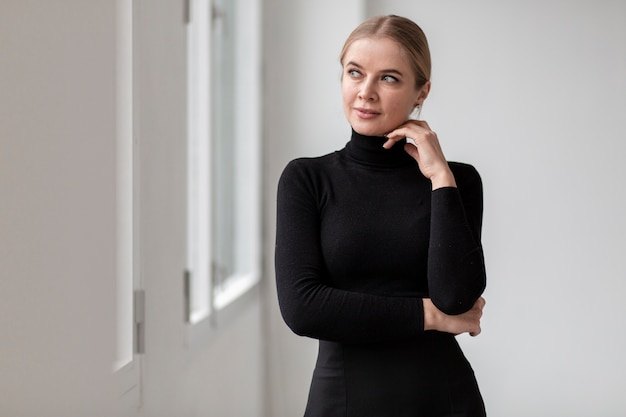 Portrait belle femme à la recherche de suite