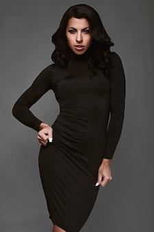 Portrait de belle femme en robe classique noire