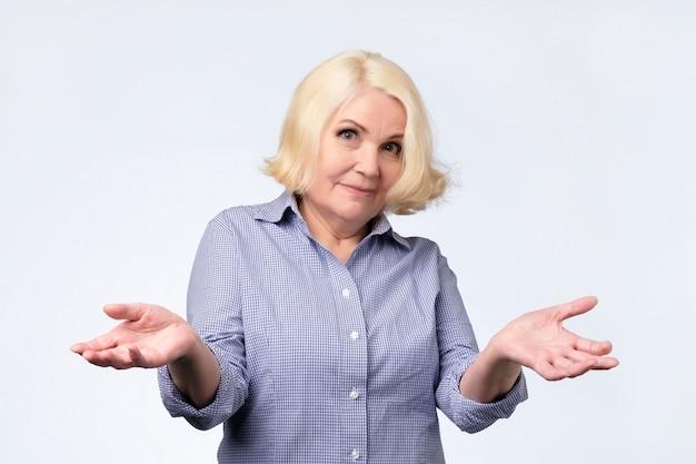 Portrait d'une belle femme senior ayant un geste de doute