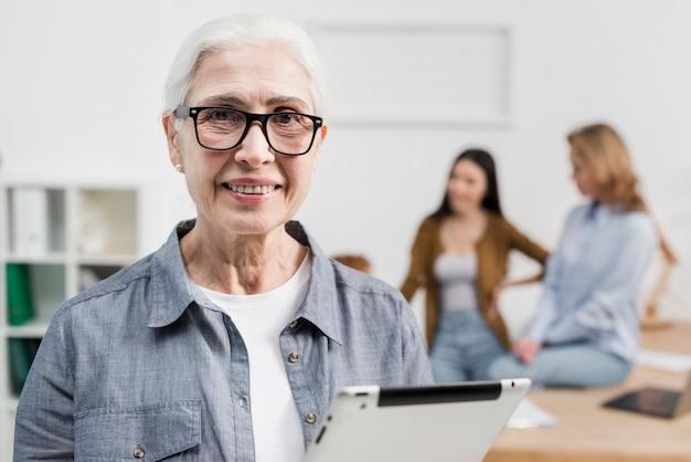 Portrait de la belle femme senior avec des lunettes