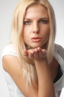 Portrait de la belle femme sensuelle envoie un baiser
