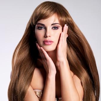 Portrait de la belle femme sexy aux cheveux longs. mannequin avec coiffure droite