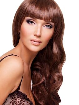 Portrait de la belle femme sexy avec de longs poils rouges. visage gros plan avec une coiffure frisée, isolé sur blanc.