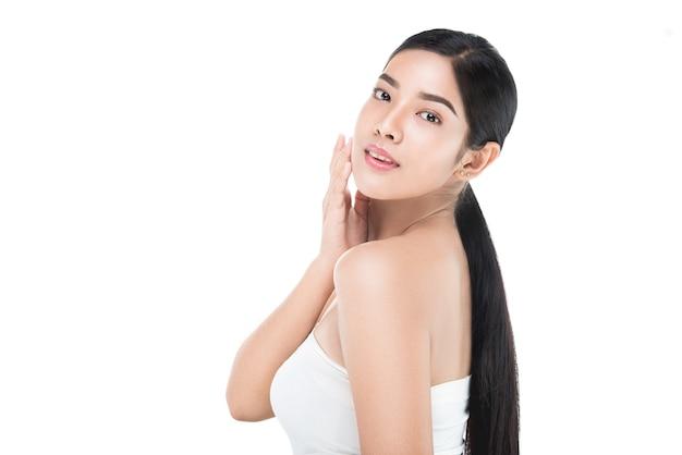 Portrait de la belle femme soins de la peau profiter et heureux