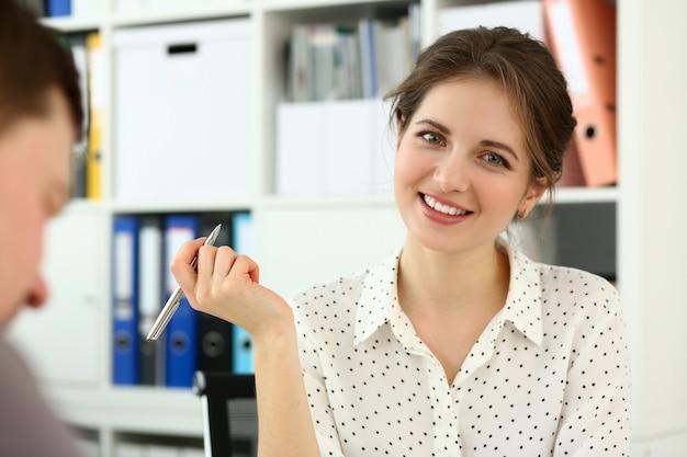 Portrait de belle femme souriante dans la salle de conférence. femme d'affaires visitant une réunion d'affaires dans une entreprise internationale.