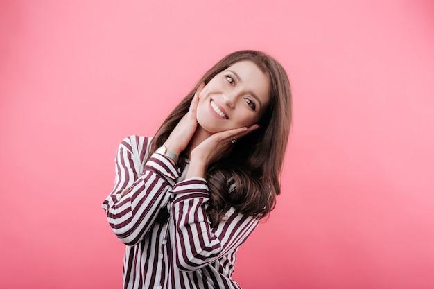 Portrait d'une belle femme souriante