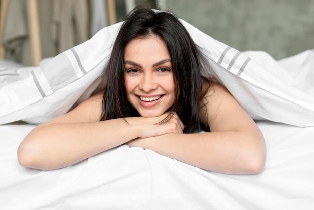 Portrait de la belle femme souriante