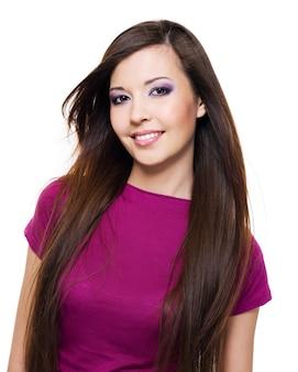 Portrait d'une belle femme avec un sourire à pleines dents et de longs cheveux bruns