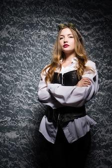 Portrait d'une belle femme steampunk sur fond vintage.
