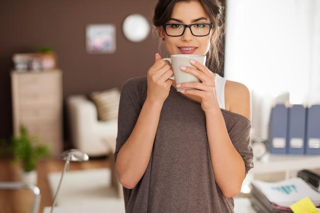 Portrait de la belle femme avec une tasse de café