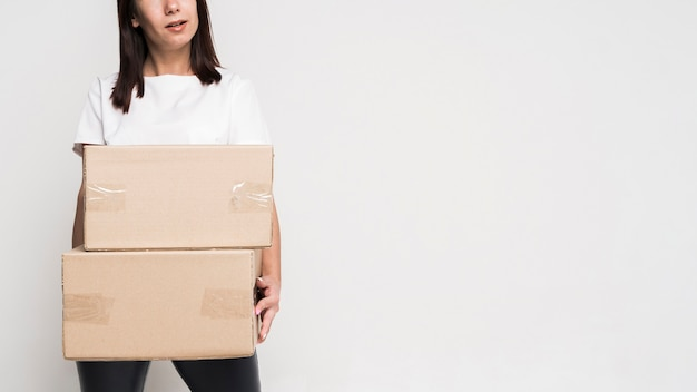 Portrait de la belle femme tenant des boîtes