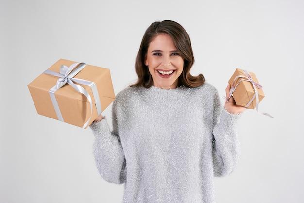 Portrait de belle femme tenant deux cadeaux