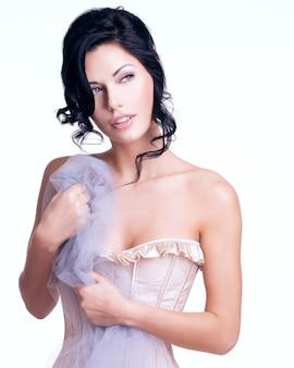 Portrait d'une belle femme tendre sexy avec une coiffure créative. modèle posant
