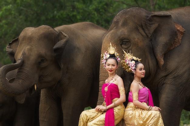 Portrait de belle femme thaïlandaise rurale porter une robe thaïlandaise.