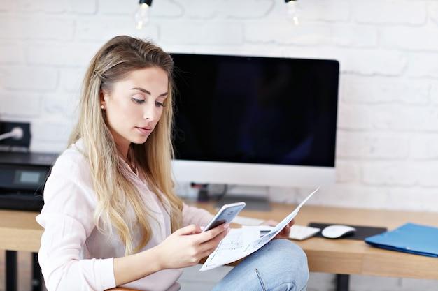 Portrait de belle femme travaillant dans un bureau à domicile moderne