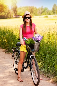 Portrait de la belle femme à vélo