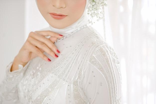 Portrait de la belle femme vêtue d'une robe de mariée blanche