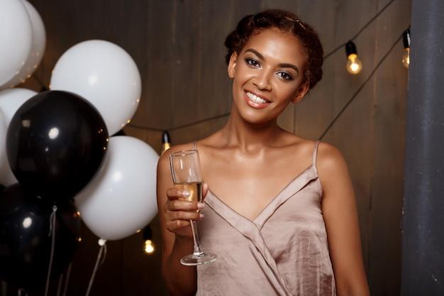 Portrait de la belle fille africaine au repos à la fête.