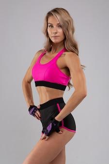Portrait d'une belle fille athlétique avec un corps tonique