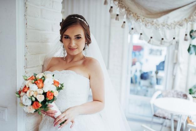 Portrait d'une belle fille au jour du mariage