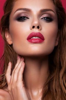 Portrait de la belle fille aux lèvres roses