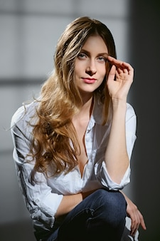 Portrait de belle fille aux longs cheveux bouclés