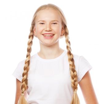 Portrait d'une belle fille blonde européenne avec des tresses.
