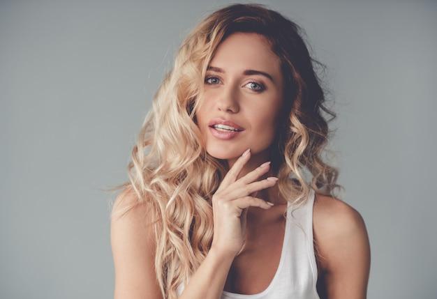 Portrait de belle fille blonde posant