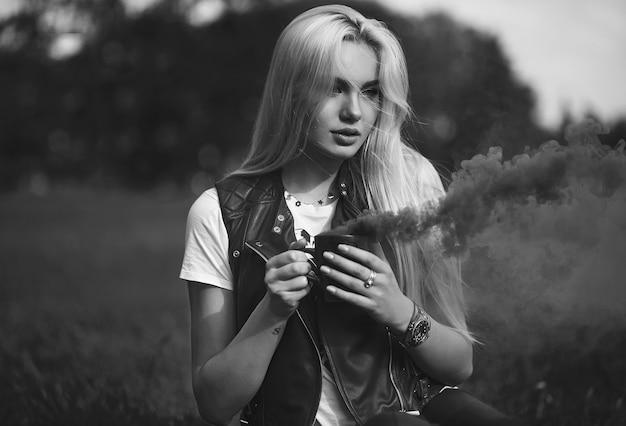 Portrait de la belle fille blonde avec une tasse de fumée