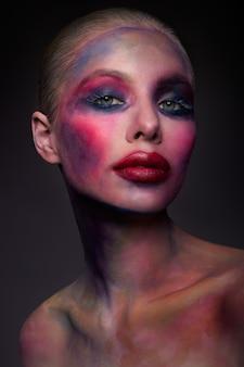 Portrait de la belle fille brillante avec maquillage coloré d'art