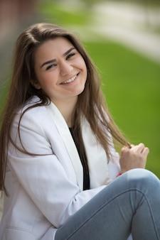 Portrait de belle fille caucasienne mignonne souriante