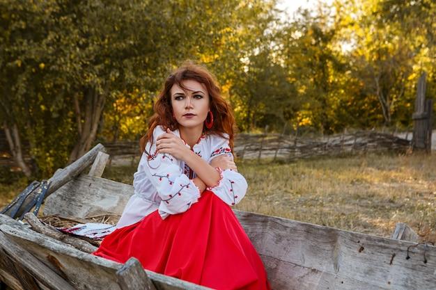 Portrait d'une belle fille en costume national slave.