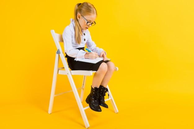 Portrait d'une belle fille dans un chemisier blanc et une jupe noire.